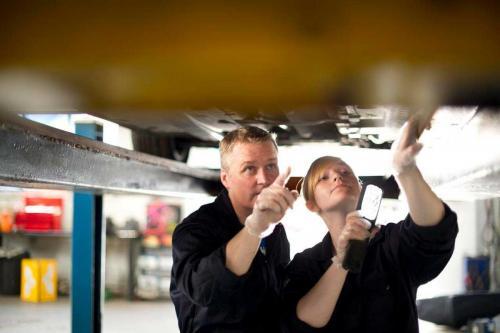 Une apprentie en stage de mécanique auto